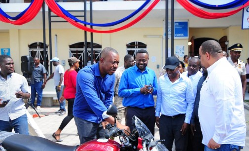 Le Ministre a procédé à la remise de 69 motocyclettes aux CASECs du Département du Sud
